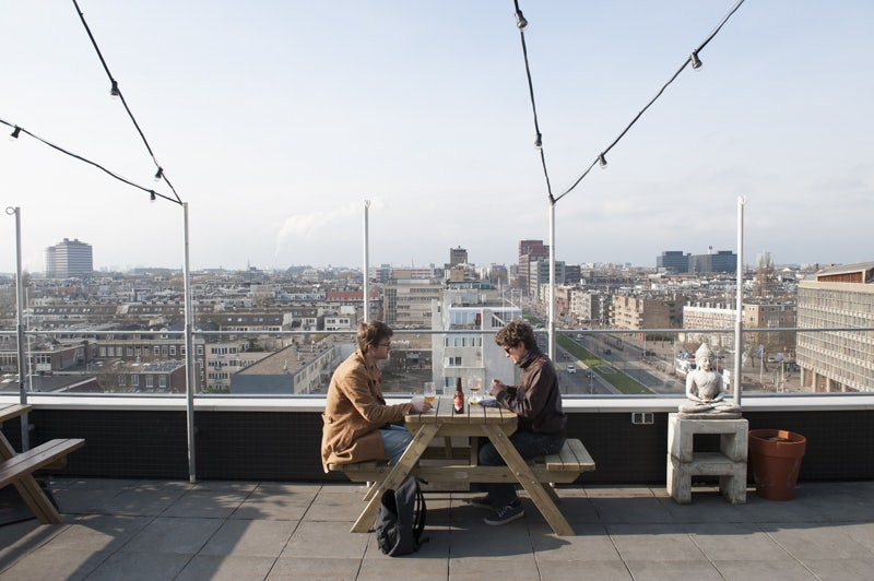 two men having a drink at the rooftop of Canvas op de Zevende