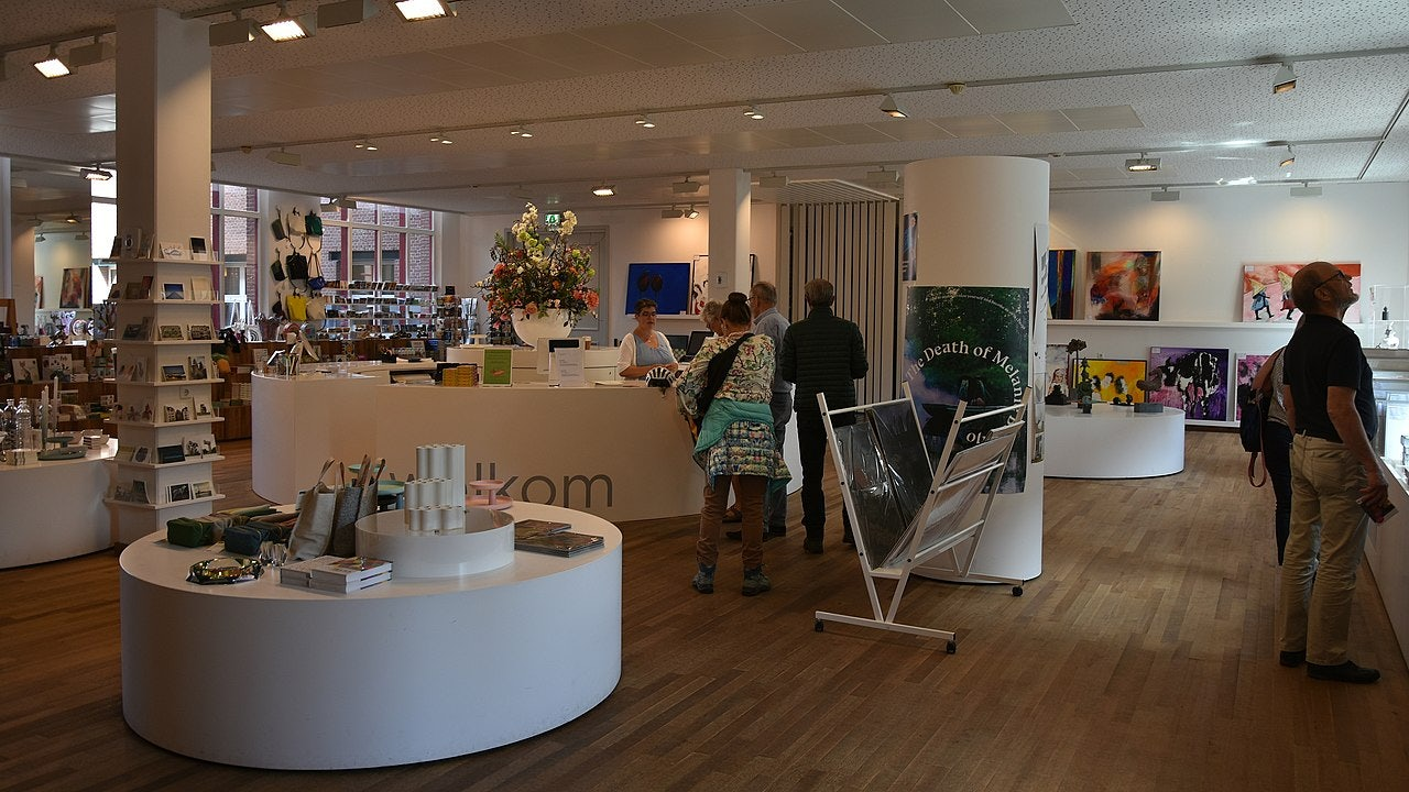 people shopping at the museum shop of the  Bonnefantenmuseum