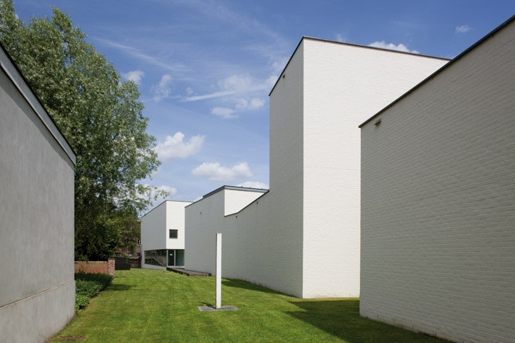 Garden and minimalist white exterior of the Roger Raveel Museum