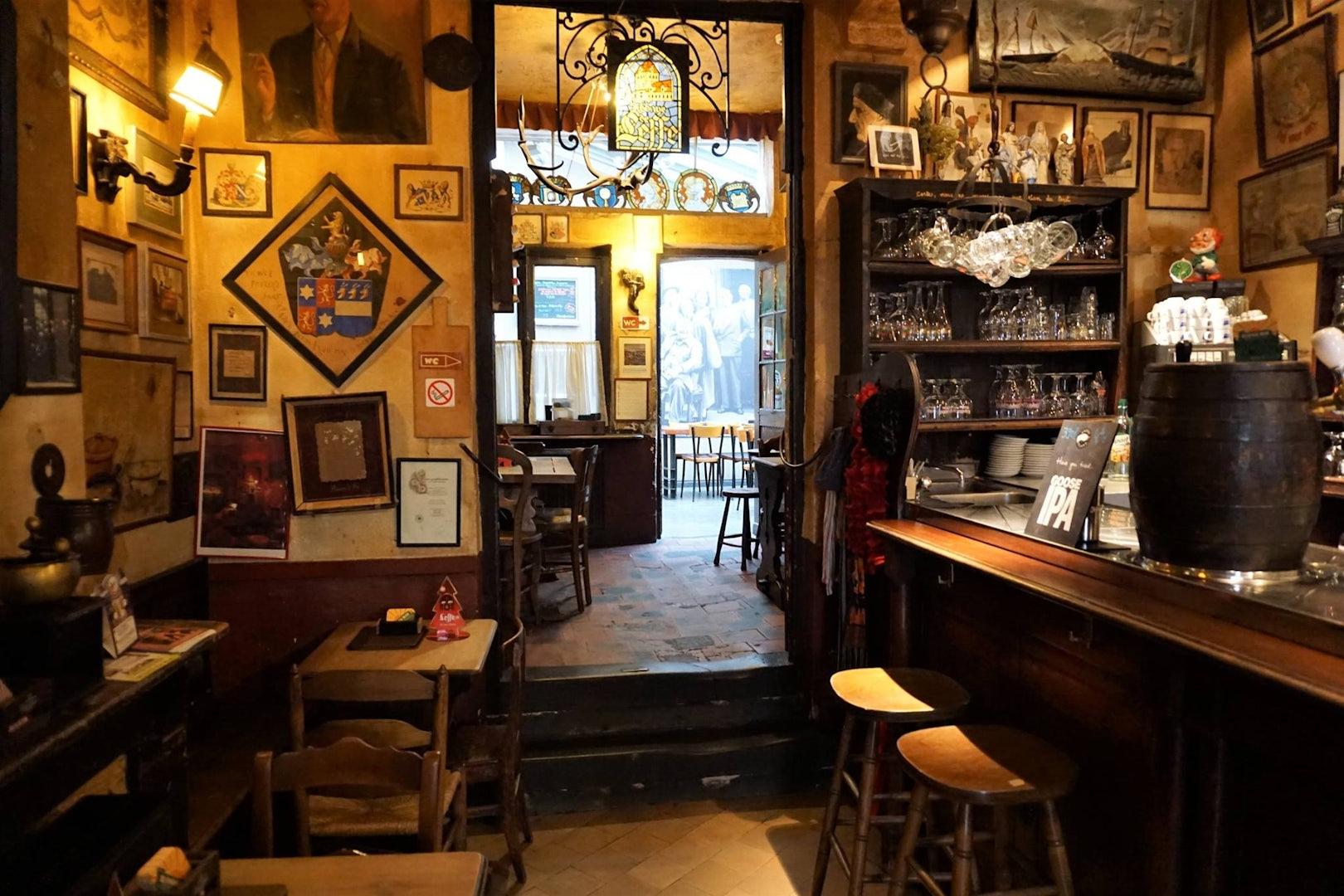 interior of bar Goudblommeke in papier