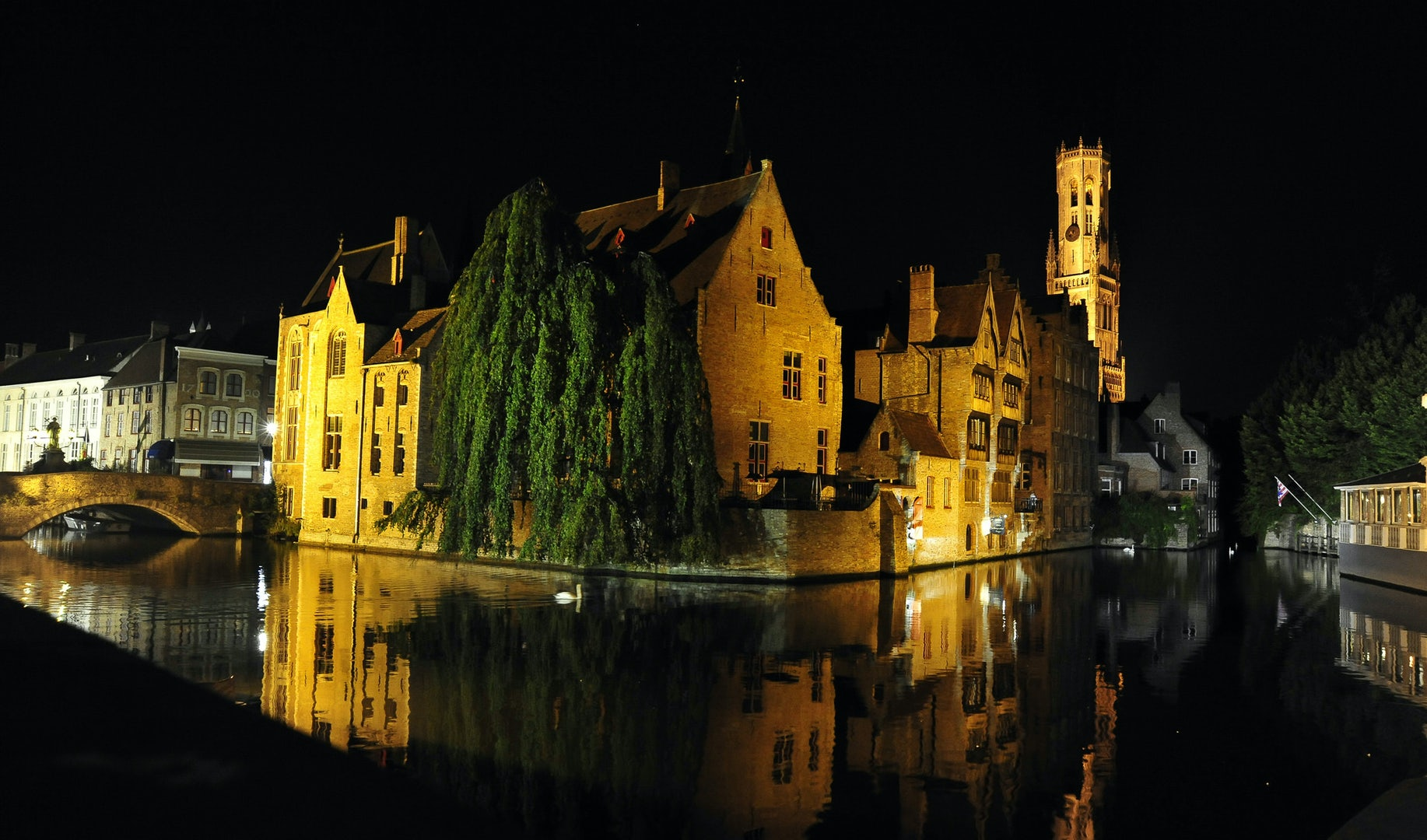 the canals of Bruges by night