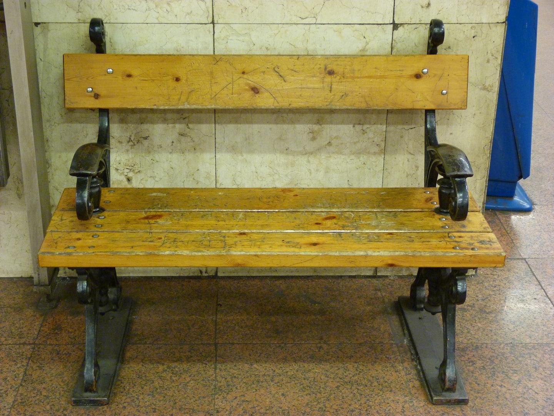Kanyadi Bench at Arany Janos station
