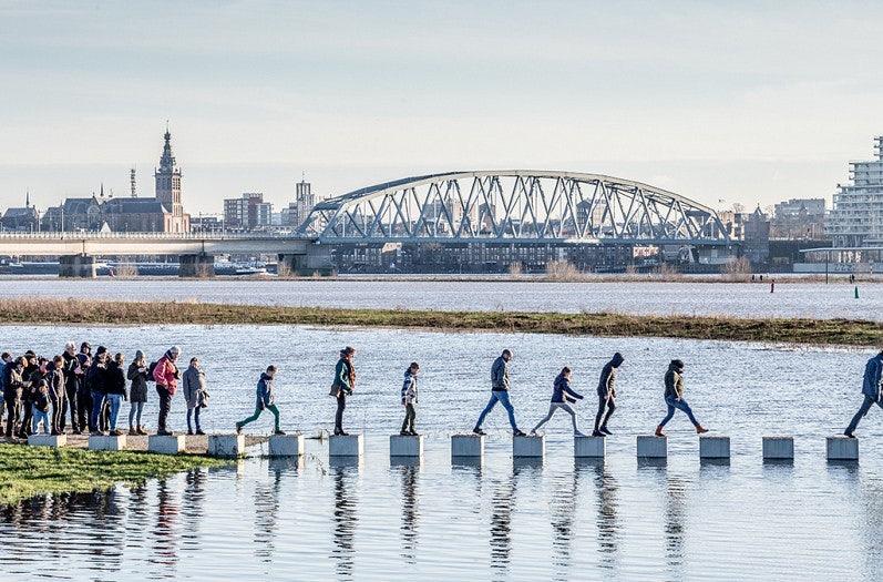 people crossing the Zaligebrug