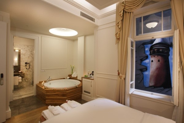 interior of the jacuzzi room at Corinne Hotel