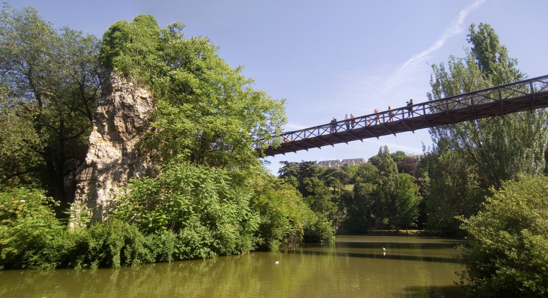 people on the Passerelle du Parc des Buttes Chaumont
