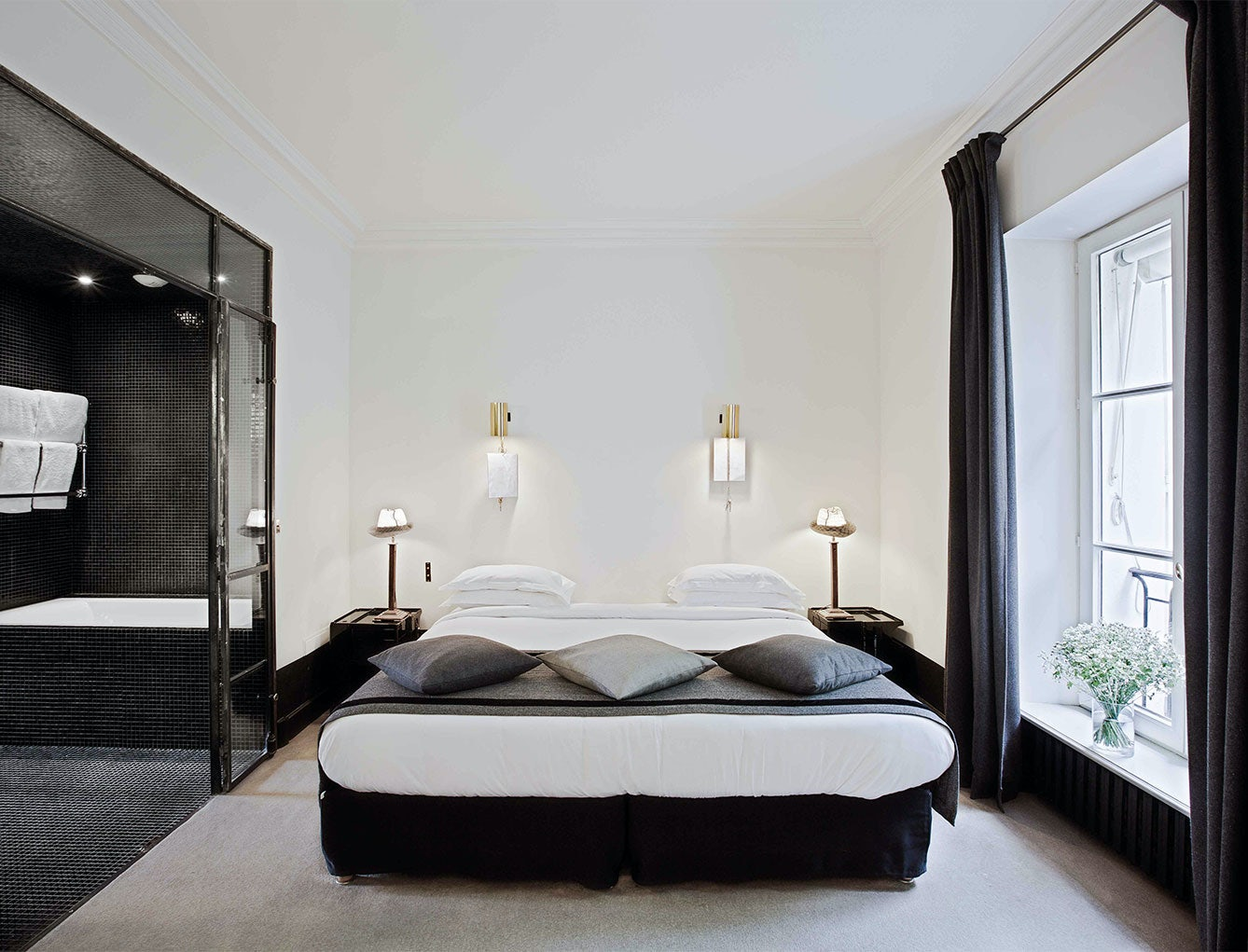black and white room interior at Hotel Particulier Montmartre