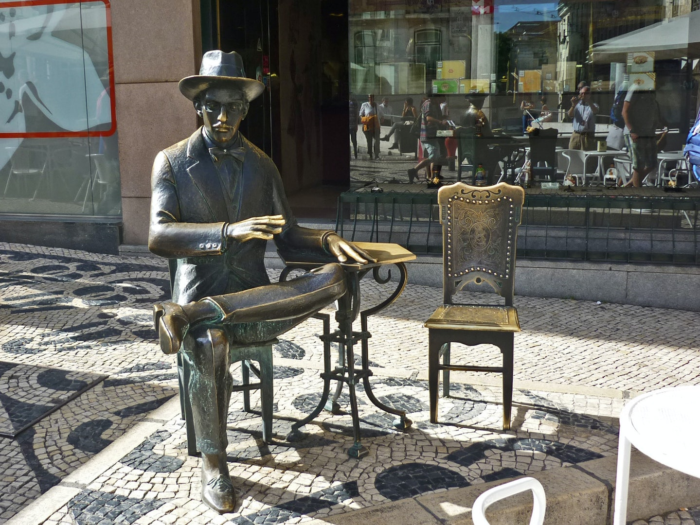 statue of a reading man or the Estatua do Chiado