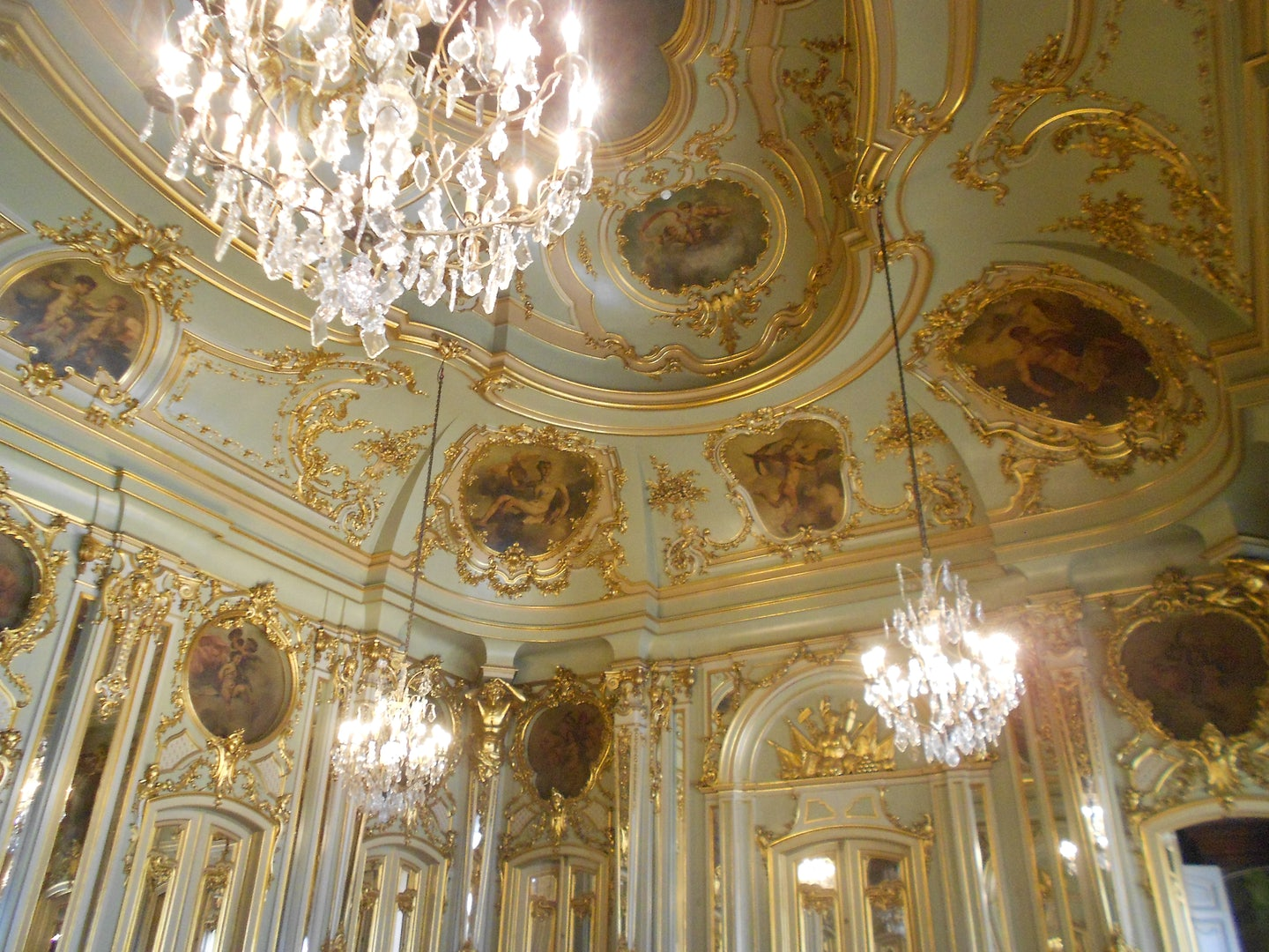 crystal chandelier and gold-plated ceiling at Palacio Foz