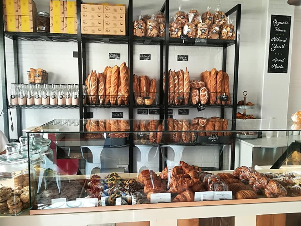 breads displayed at 100% Pan y Pasterlería