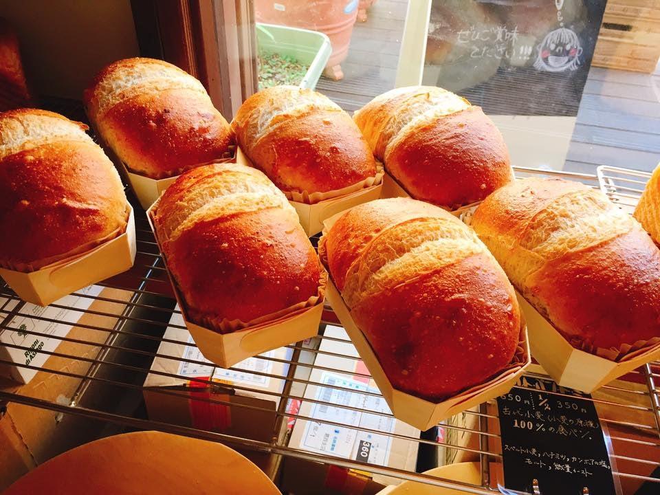 seven loafs of bread display at Sura to Mugi to bakery