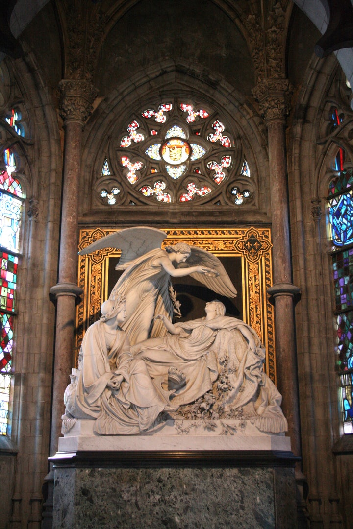 statue of Queen Louise-Marie