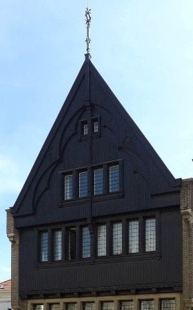 house with a black façade and roof at Vlamingenstraat 38