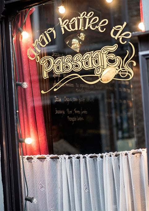 window with Gran Kaffee de Passage sign