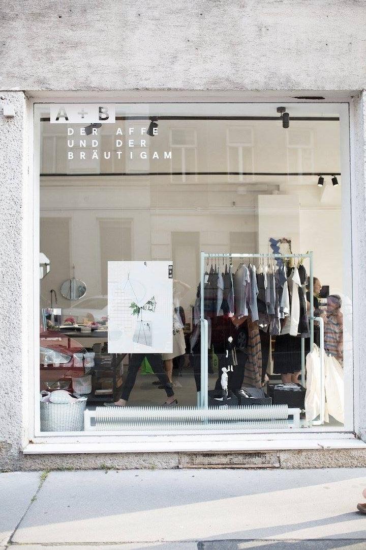 shop window of Der Affe und der Bräutigam