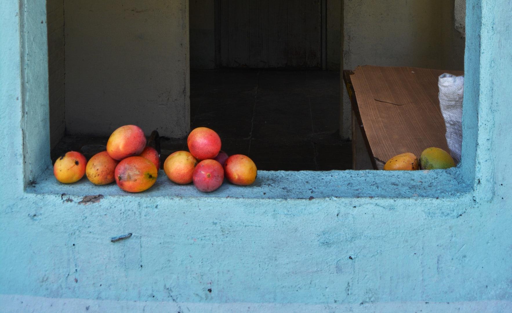 Mangos de Bizcochuelo on a blue wall