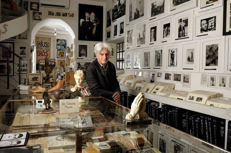 owner of il museo del louvre inside the book store