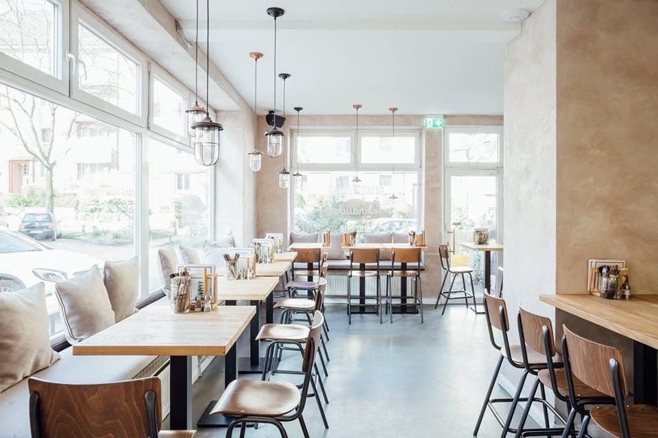 bright and modern interior of Froindlichst restaurant Hamburg