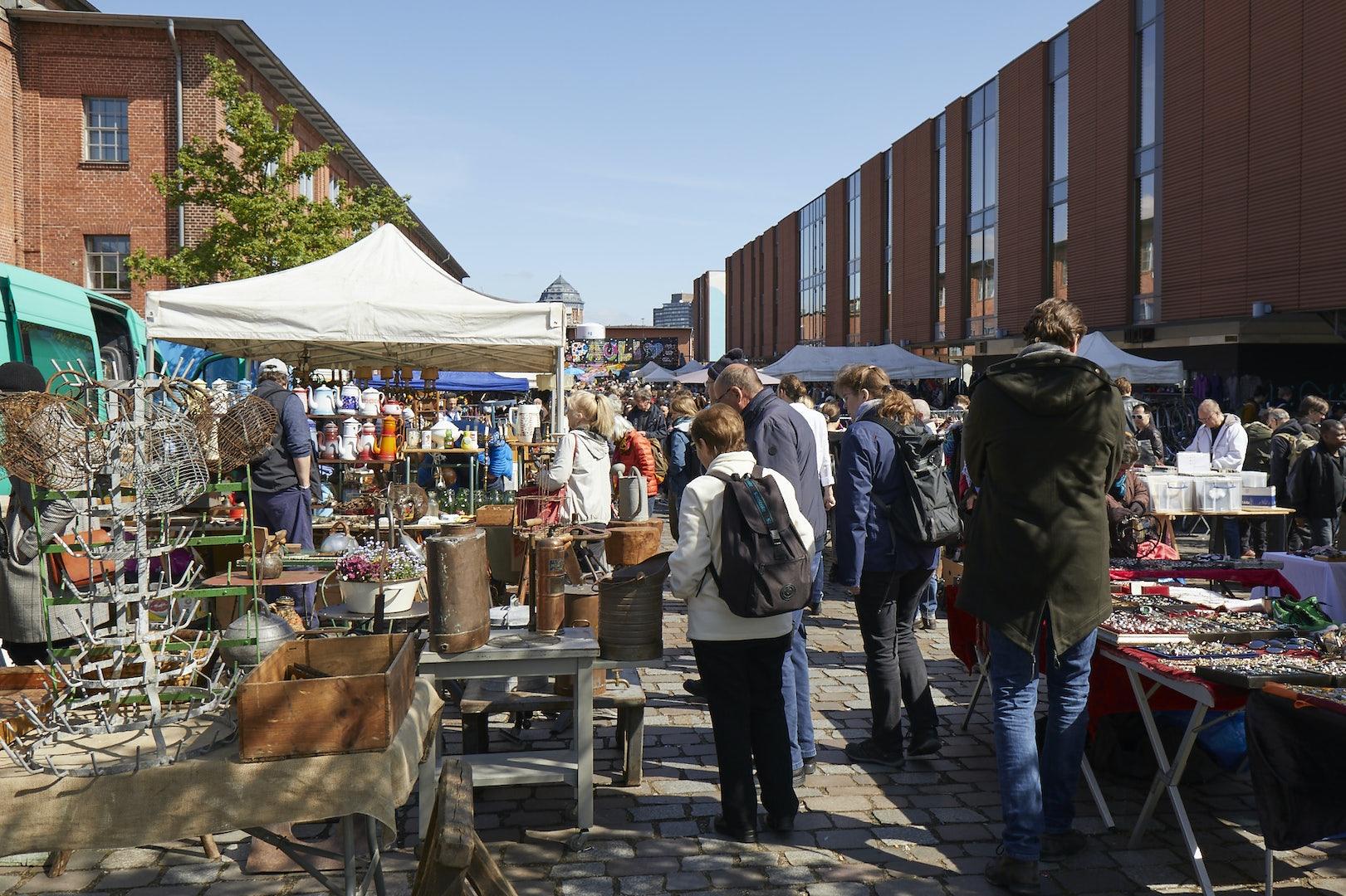 people roaming around the Flohschanze fleamarket in Hamburg