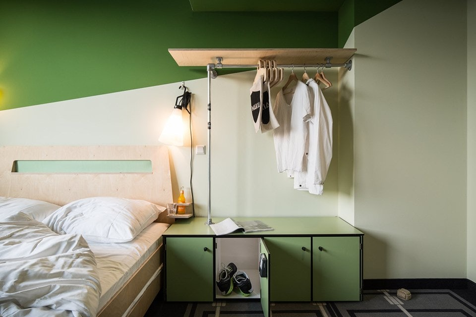 a green-coloured room at the Superstube hostel Hamburg