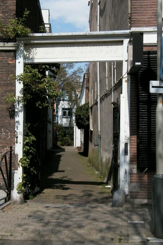 entrance to the alley Spinozaspoort in the Hague