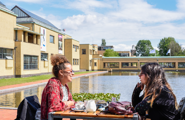 two women sitting on the terrace of Gember restaurant in The Hague