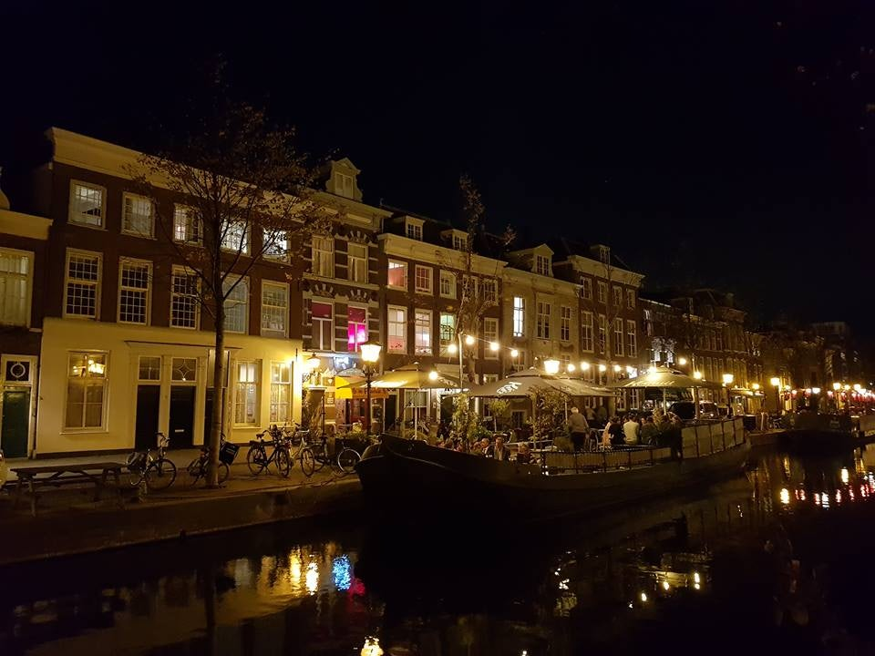 Grand Café De Pakschuit by night