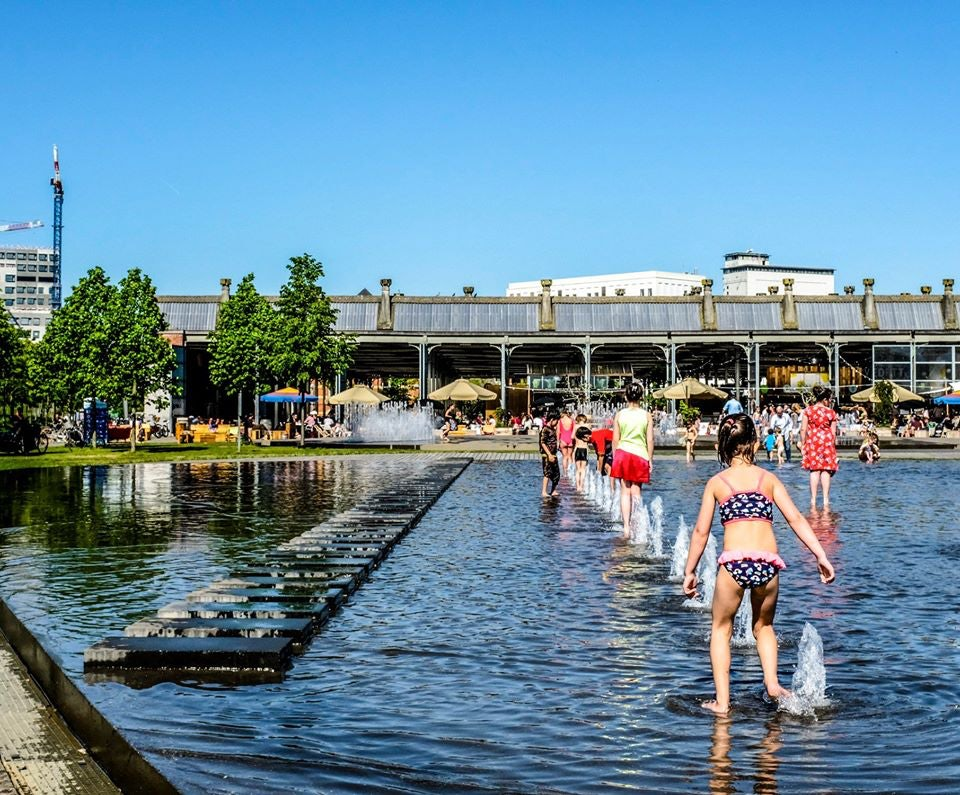 kids playing in the fountain at Bar Noord in Antwerp