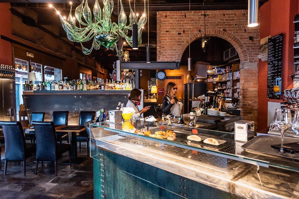 bar and interior of Ristorante Algiubagiò