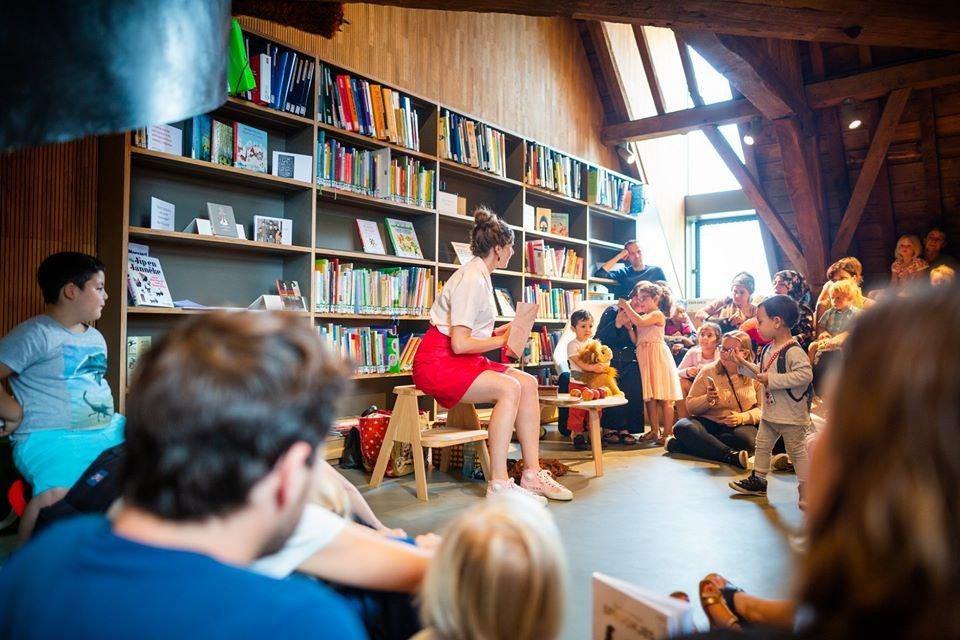 a woman reading to children at Het Predikeren in Mechelen