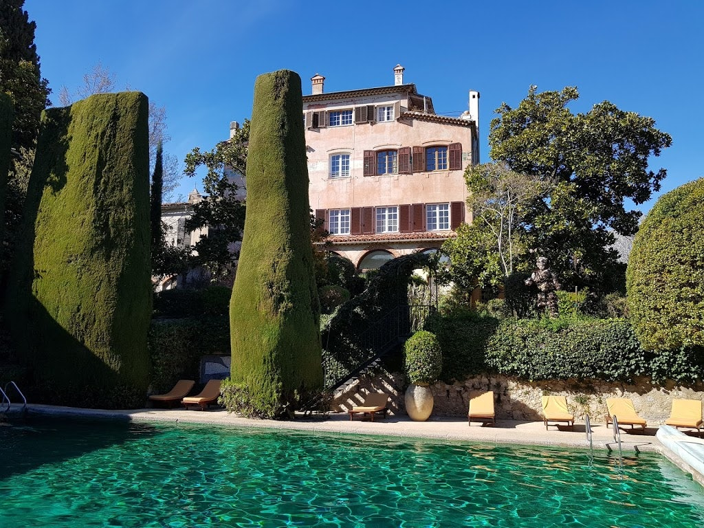swimming pool and garden view at La Colombe d'Or