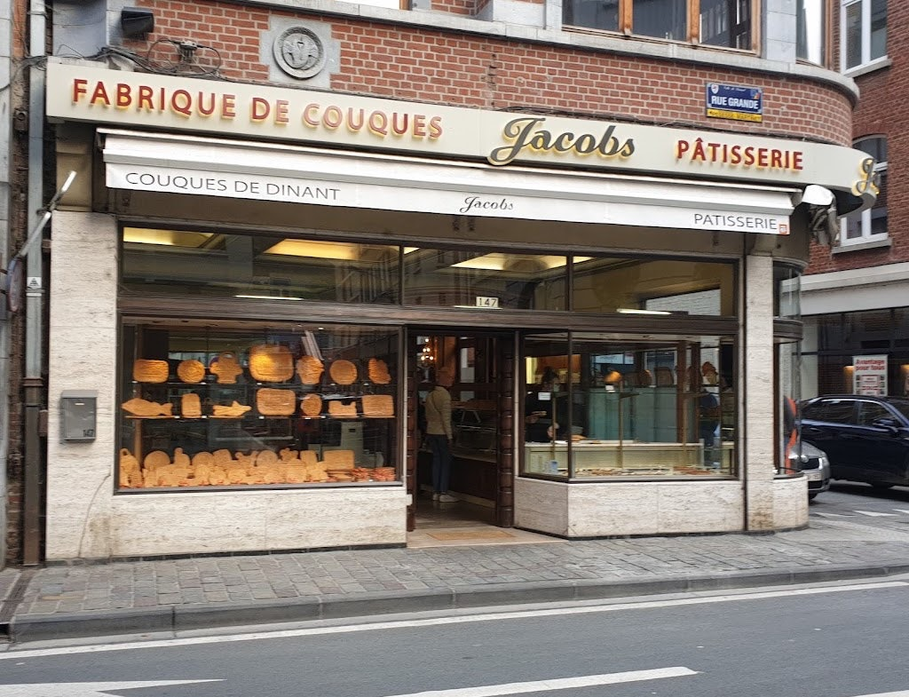 display and window front of Maison Jacobs, with many homemade biscuits in the display